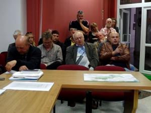 Mieszkańcy zadają pytania w Urzędzie Miasta.