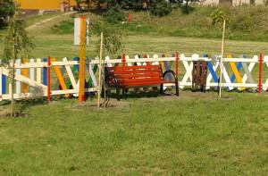 Ławeczka na placu zabaw w Rogóżu.