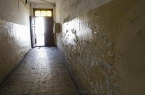 Korytarz jakich wiele w budynkach komunalnych w Lidzbarku Warmińskim.