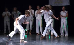 """Pokaz sztuki walki """"Capoeira"""" podczas Niedzieli Cittaslow w Lidzbarku Warmińskim"""