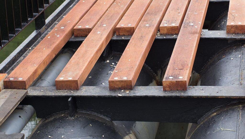 Sposób mocowania nowych desek do konstrukcji metalowej na kładce pieszej