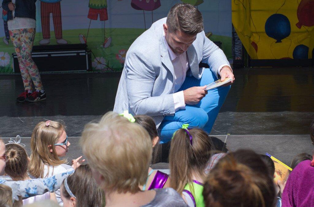 Poseł Cieśliński rozdaje dzieciom nagrody podczas festynu z okazji Dnia dziecka