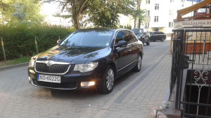 Samochód służbowy wicemarszałka Jacka Protasa pod jego pomieszkaniem w Lidzbarku Warmińskim