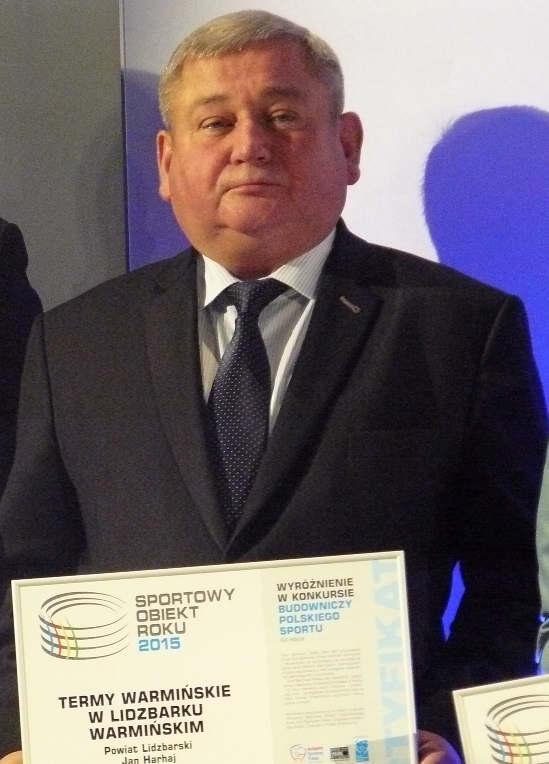 Starosta Jan Harhaj z dyplomem fot. Starostwo Powiatowe w Lidzbarku Warmińskim
