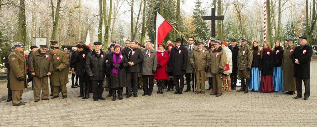 Lidzbarscy patrioci pod pomnikiem na lidzbarskim cmentarzu komunalnym. Fot. API